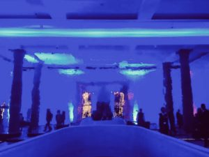 Veranstaltungsraum im Städel Museum mit einer verspiegelten Wand. Der Raum ist in blaues Licht getaucht