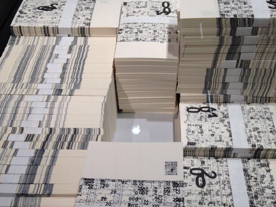 Falsche Banknoten entworfen vom Künstler in kleinen Stapeln gebündelt. Ansicht von oben