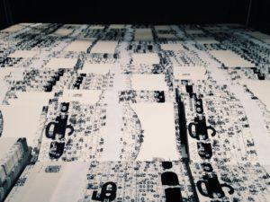 Falsche Banknoten entworfen vom Künstler in kleinen Stapeln gebündelt