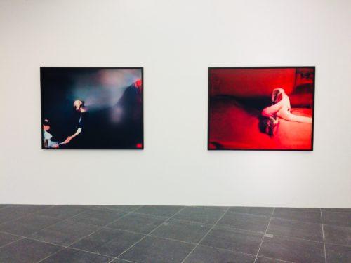 Zwei Werke mit computergenerierten Bildern. Eines in Schwarz, das andere in Rot gehalten