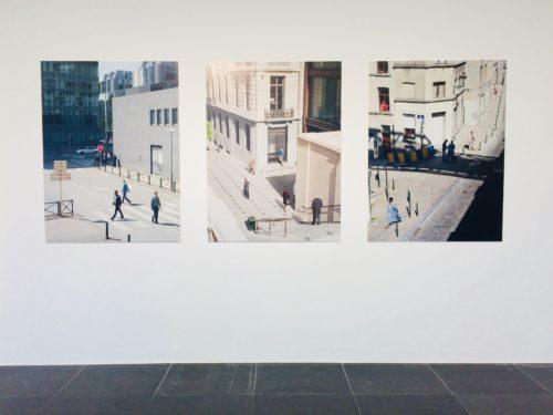 Drei computerüberarbeitete Werke von Straßen- und Architekturszenen mit Menschen