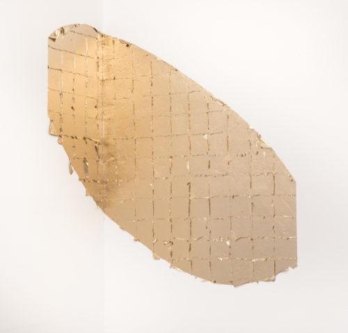 Ein, über die Raumecke, angebrachtes Oval aus Blattgold