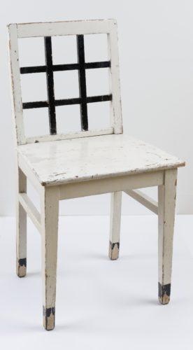 Weißer Holzstuhl mit schwarzen Leisten in der Rückenlehne