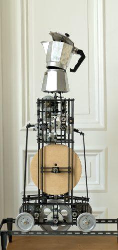 Eine konstruierte Maschine des Künstlers mit einer Espressokanne ganz oben, die sich bewegt