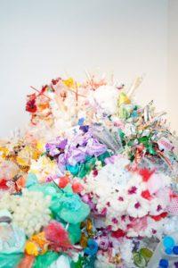 Ein großer Haufen Plastik. Durch die bunte Farben des Kunststoffes wirkt er ein wenig wie ein Strauß Blumen.