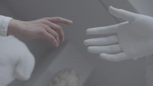 Eine menschliche Hand greift nach einer Gipshand – kunsthistorische Gedankenkette lassen an die Erschaffung Adams denken. Zur Berührung kommt es nicht.