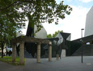 Die Fotografie zeigt den äußeren Teil der Synagoge, der die Form eines Schofarhorns hat. Die Formsprache bezieht sich auf das Horn, mit dem Freitags zum Shabbat geblasen wird.