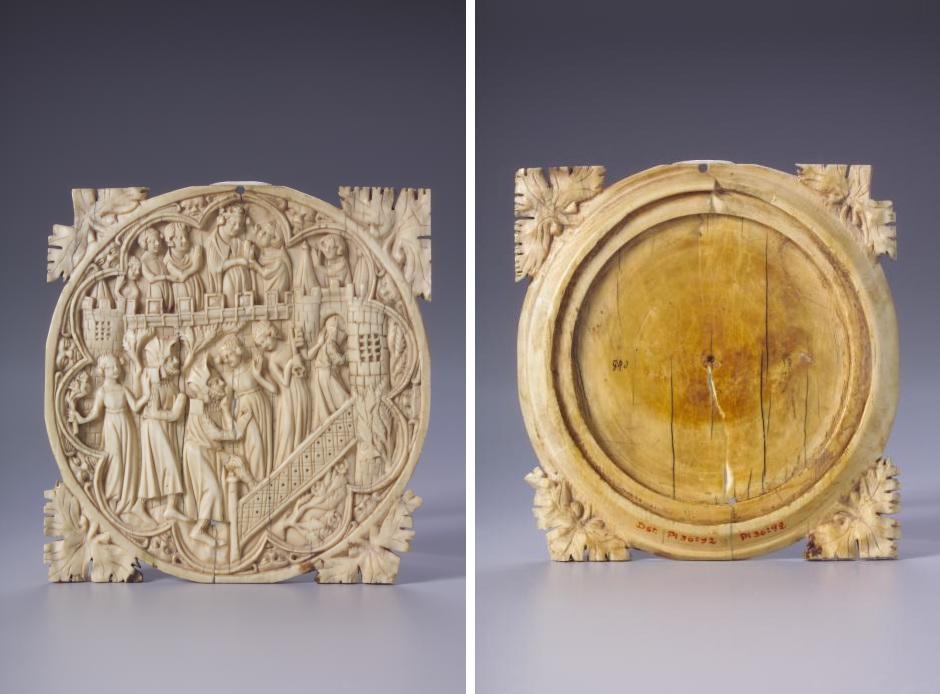 Zu sehen sind zwei Abbildungen. Die linke zeigt die geschnitzte Vorderseite  der Spiegelkapsel, die rechte zeigt die Rückseite in Frontalansicht.