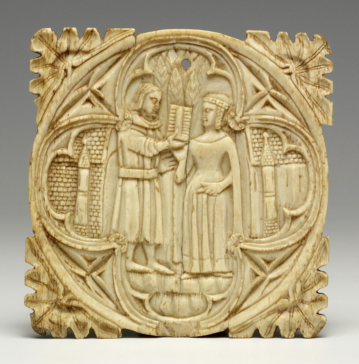 """""""Abgebildet ist die Vorderseite einer Elfenbeinkapsel, die einen Mann zeigt, der einer Frau ein Geschenk übergibt. Vier dreieckige Blätterornamente verleihen ihr eine quadratische Form."""""""
