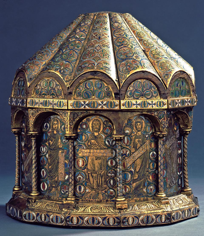 Abgebildet ist ein sehr farbiges, oktogonales Turmreliquiar, das mit buntem Email, vergoldetem Kupfer und Eichenholz hergestellt ist.Das Dach ist regelmäßigen Wellen gewölbt, passend zu den Abschnitten des Körpers., der von Säulen getrennte Nischen zeigt.Das Reliquien steht auf einer Platte, die ebenfalls reichlich verziert ist.