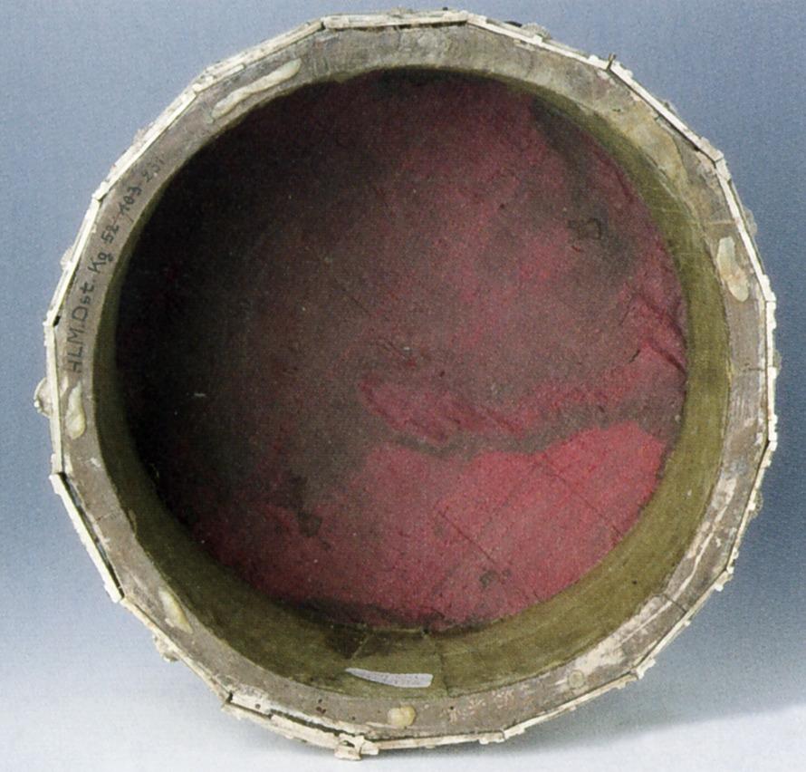 Abgebildet ist der mit rotem Leinen bezogene Innenraum des runden Reliquiars.