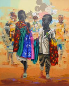 Zwei afrikanische Kinder laufen dem Betrachter auf einem ockerfarbenen Boden entgegen. Sie tragen viele bunte Tücher in ihren Armen. Im Hintergrund erkennt man, leicht verschwommen und übermalt, weitere afrikanische Kinder. Sie tragen orangene und blaue Schuluniformen und haben Rucksäcke auf. Den Hintergrund dominiert eine Abbildung von Micky Mouse, der auch auf einem der Rucksäcke zu erkennen ist.