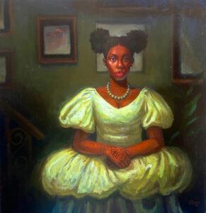 Eine junge afrikanische Frau, die ein pompöses weißes Kleid und eine Perlenkette trägt und die Hände vor dem Bauch gefaltet hat. Sie befindet sich in einem dunklen Raum an dessen grünen Wänden Bilderrahmen mit unscharfen Bildern hängen. Rechts steht eine Zimmerpflanze, links erkennt man einen Handlauf.