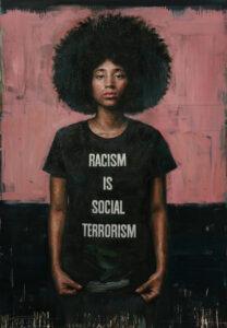 """Eine junge afrikanische Frau steht vor einem minimalistischen rot-schwarzem Hintergrund. Sie blickt den Betrachter direkt an und trägt ein schwarzes T-Shirt mit der Aufschrift: """"Racism is Social Terrorism"""""""