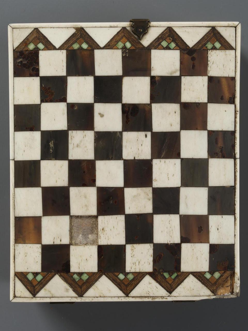 Die Oberseite des Minnekästchens ist mit einem Schachbrettmuster verziert.