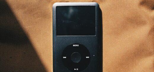 Ein Foto von einem MP3-Player, der auf einer organenen Decke liegt.
