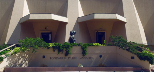 Der Eingang der Fondation Pierre Gianadda. Zwei Türen in einem niedrigen brutalistischen Bauwerk.