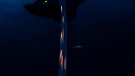 Die Fotografie zeigt eine dunkle Ansicht, wahrscheinlich nachts entstanden. Mittig befindet sich eine Autobahn über einem Gewässer, die die Fotografie von oben bis unten durschneidet. Die darauf fahrenden Autos und ein darunter fahrendes Boot sind die einzige Lichtquelle