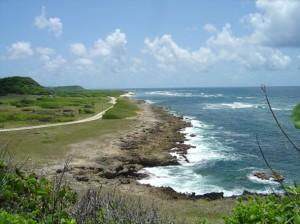Vue de la côte de Marie Galante depuis l'entrée de la grotte du Morne Rita