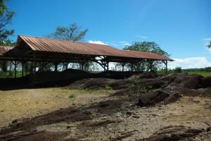 les roches de la Carapa sous leur bâtiment de protection