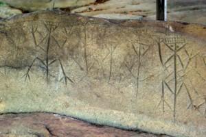 détail d'une roche avec plusieurs générations de frises d'anthropomorphes