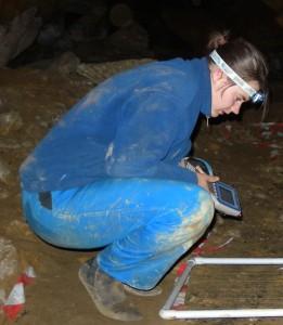 Aurélie dans la grotte des Fraux