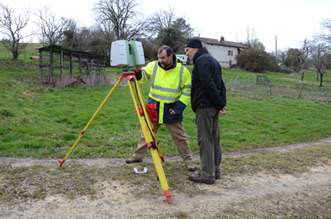 Le scanner laser C10 en station à quelques mètres de l'entrée actuelle de la grotte et devant la ferme des propriétaires des Fraux