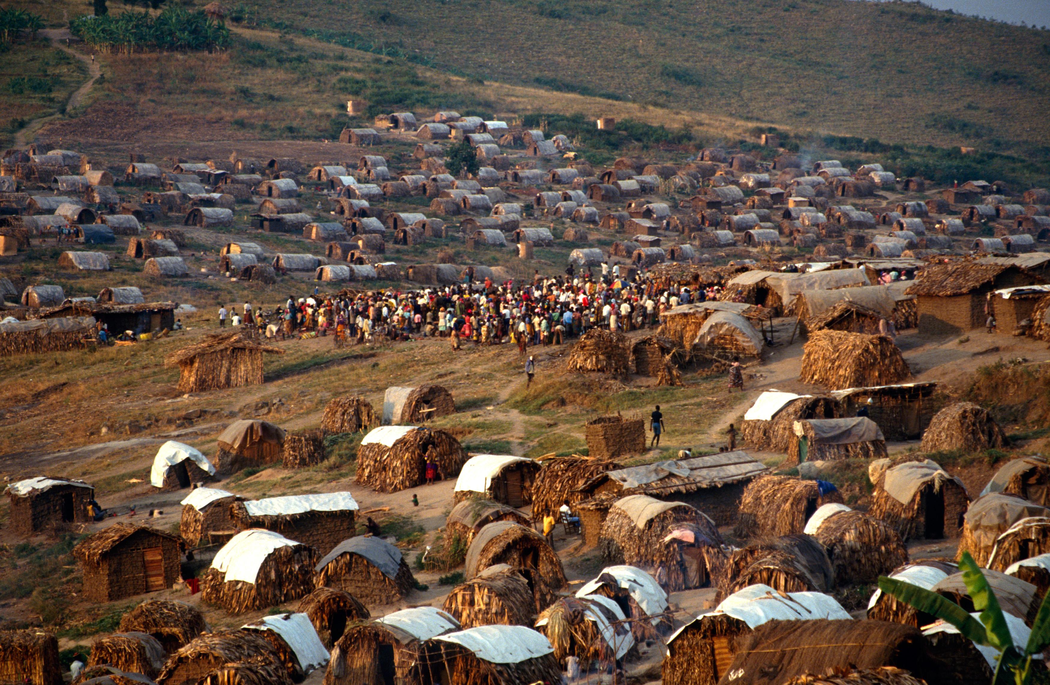 Kidudu. Camp de personnes déplacées. Kidudu. Internally displaced persons camp. Les huttes exiguës affectent l'état de santé des déplacés.