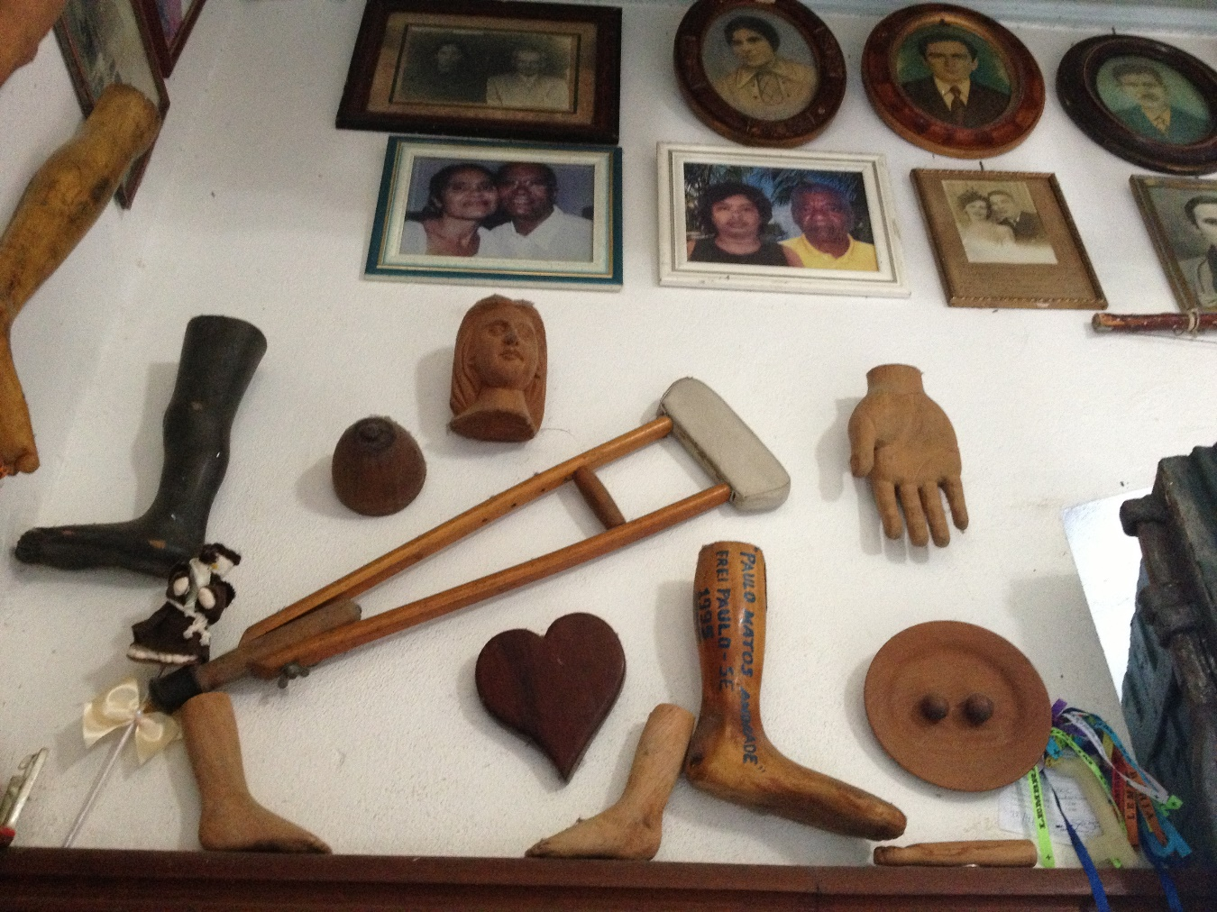 Ex-voto corporels dans une salle du sanctuaire de Notre Seigneur de Bonfim à Salvador de Bahia, Brésil, 5 avril 2013. Photo Renée de la Torre.
