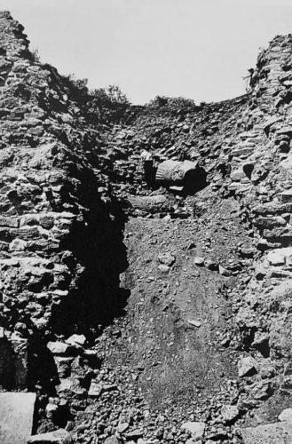 Tête d'atlante lors de son exhumation
