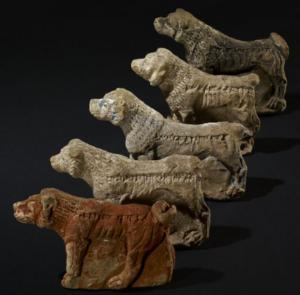 Cinq chiens apotropaïques retrouvés à Ninive (Reade 1983)