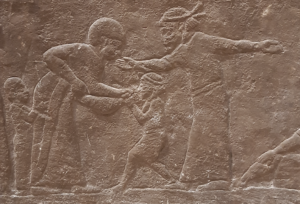 Détail d'un bas relief néo-assyrien montrant une mère donnant l'eau à son enfant pendant une halte du long chemin de la déportation (©Photo L. Battini)