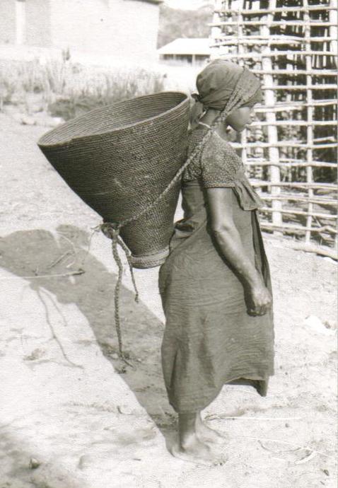 Fotografia a preto e branco de Mulher com cesto de transporte