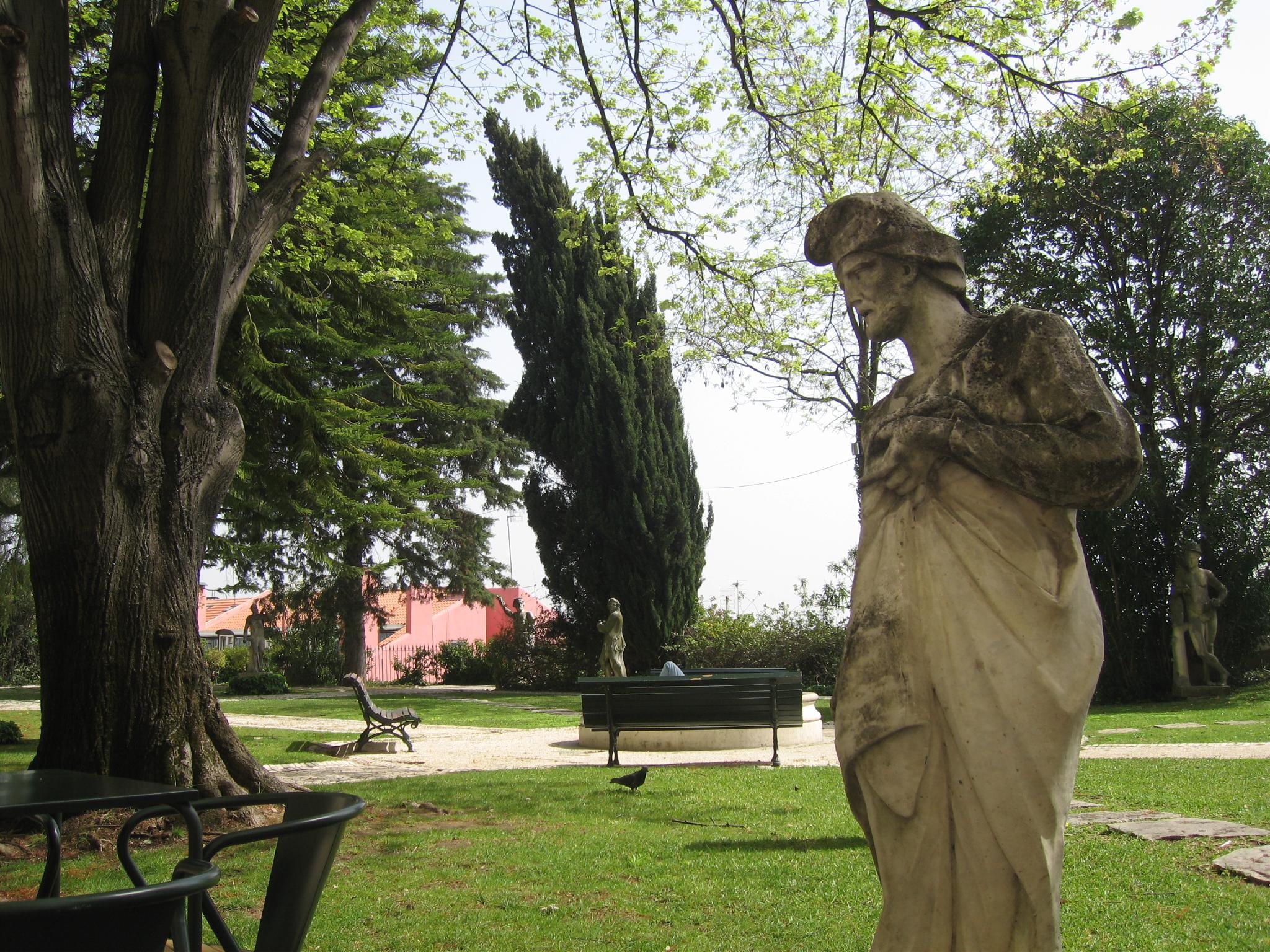 Na imagem vê-se uma parte do jardim do Museu Nacional de Arte Antiga