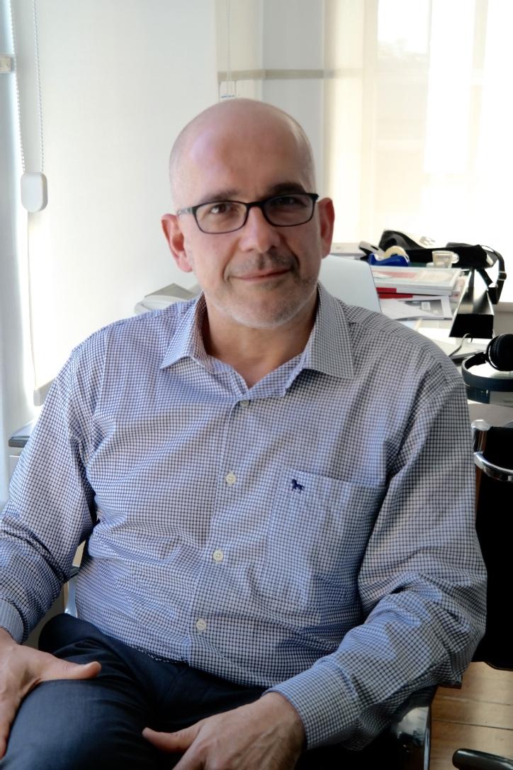 Pedro Gadanho, sentado. Fotografia tirada no seu escritório