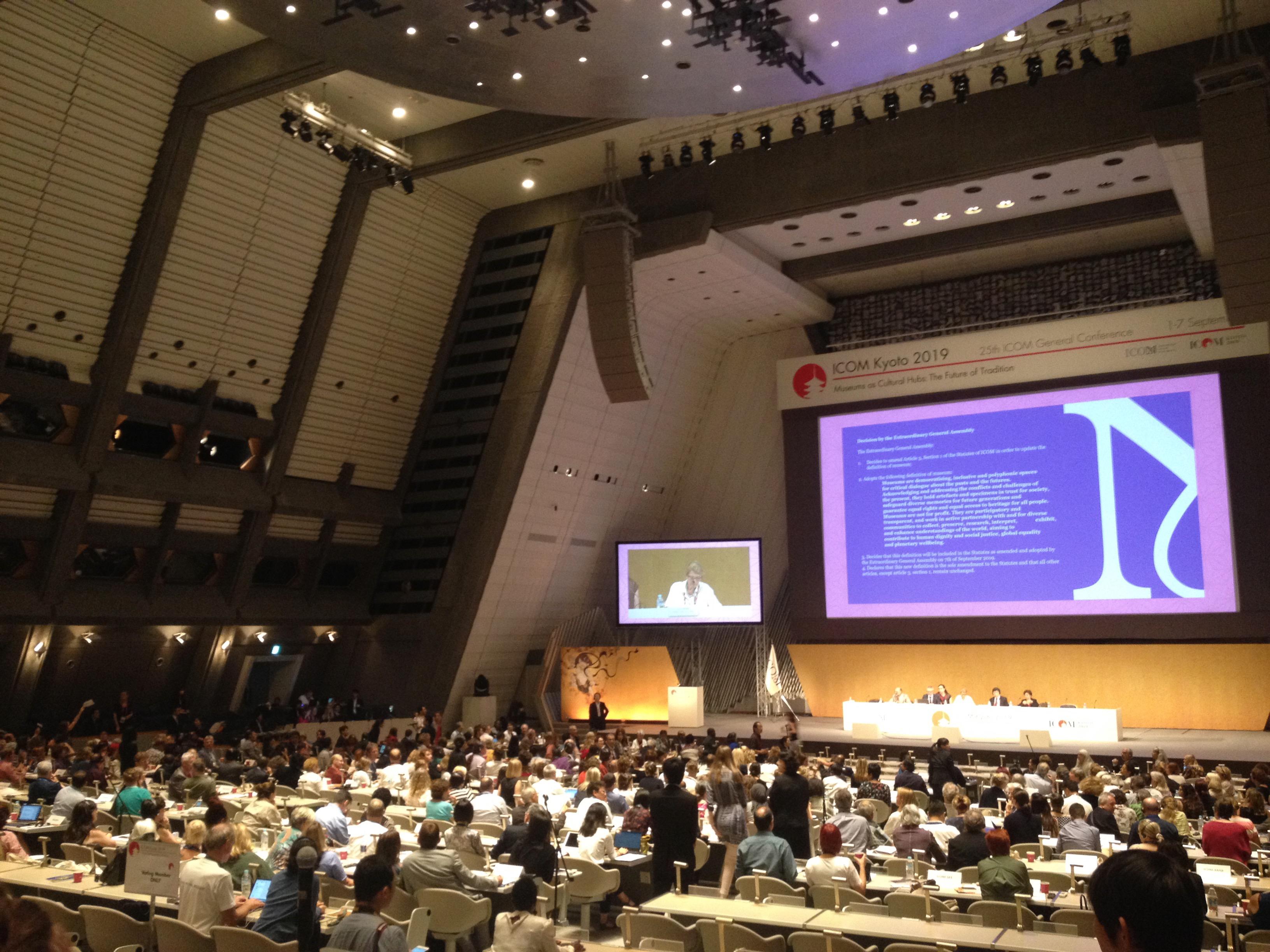 Na imagem vê-se uma panorâmica da assembleia-geral do Conselho Internacional de Museus, que se reuniu em Quioto no Japão a 7 de Setembro de 2019