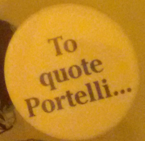 "Pins célébrant l'historien Alessandro Portelli avec la mention ""To quote Portelli"""