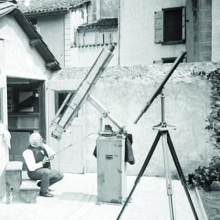 Photographie ancienne d'un astronome amateur dans une arrière-cour.