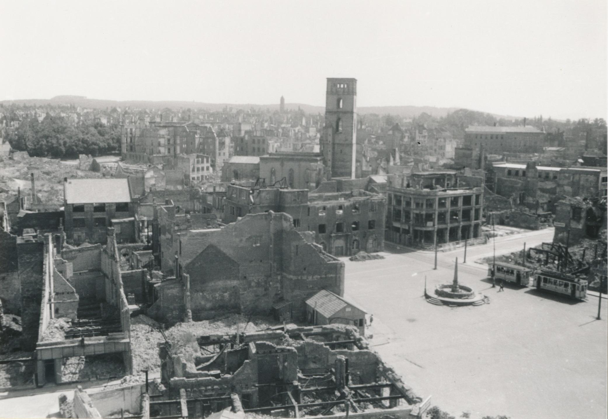 Blick vom Schloss auf Marktbrunnen, Rathaus und Stadtkirche mit Straßenbahn, ca 1947, StadtA DA Best. 53 Nr. 9818