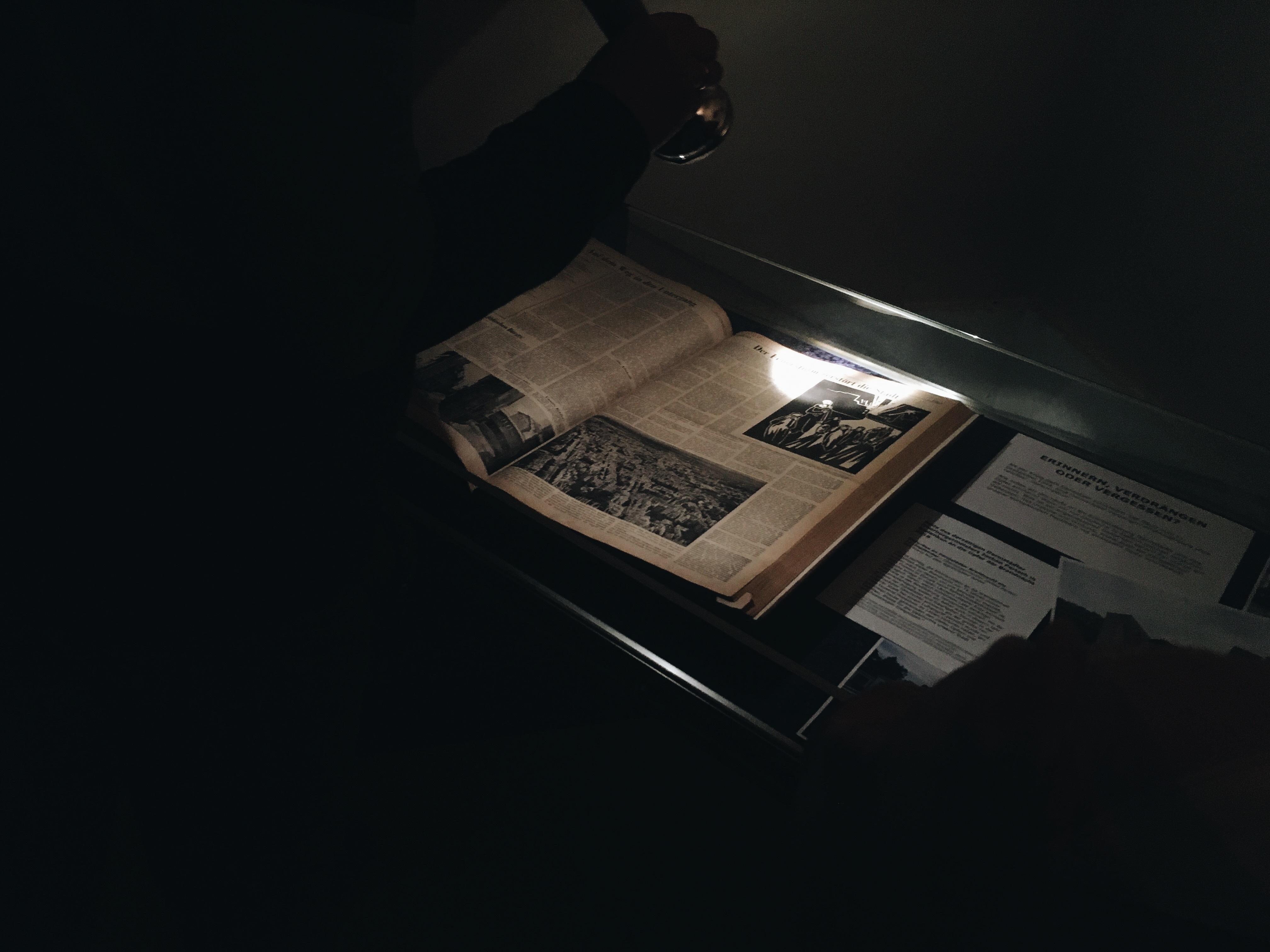 """Besucher im von Schülerinnen und Schülern konzipierten Teil der Ausstellung """"75 Jahre Brandnacht - Die Zerstörung Darmstadts im Zweiten Weltkrieg"""", 2019, Foto: Wissenschaftsstadt Darmstadt/Rebekka Friedrich"""