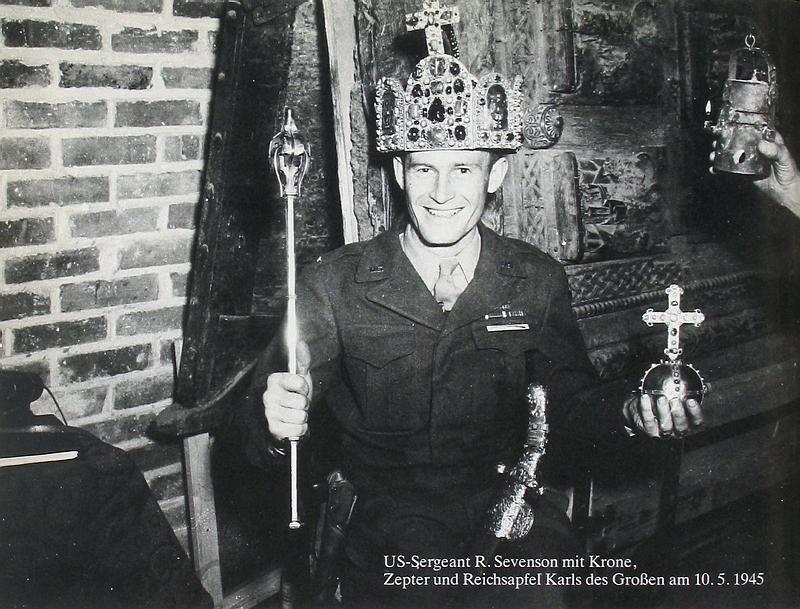 1945: Monuments Man mit Reichsinsignien   Translocations. Ikonographie