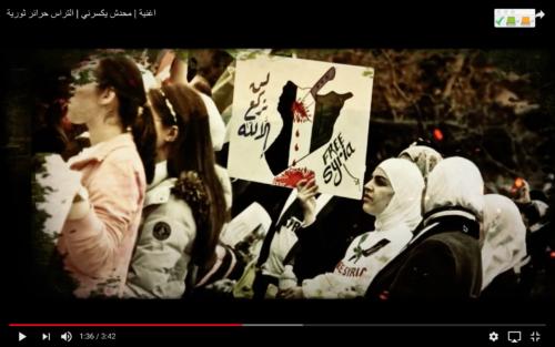 """Captures d'écran du clip """"Mahadash yekserni"""". Sur la première, deux femmes font le R4BIA; sur la seconde, une manifestante brandit une pancarte sur laquelle on peut lire en arabe: """"Nous ne nous prosternons que devant Dieu"""""""