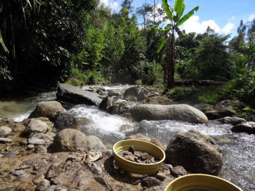 Sieving at the Manim creek, located bellow the Manim rock shelter.