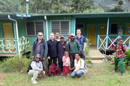 Team and community members at the front of the health center at Womatne (Simbu valley), following project presentation and anthropological sampling.