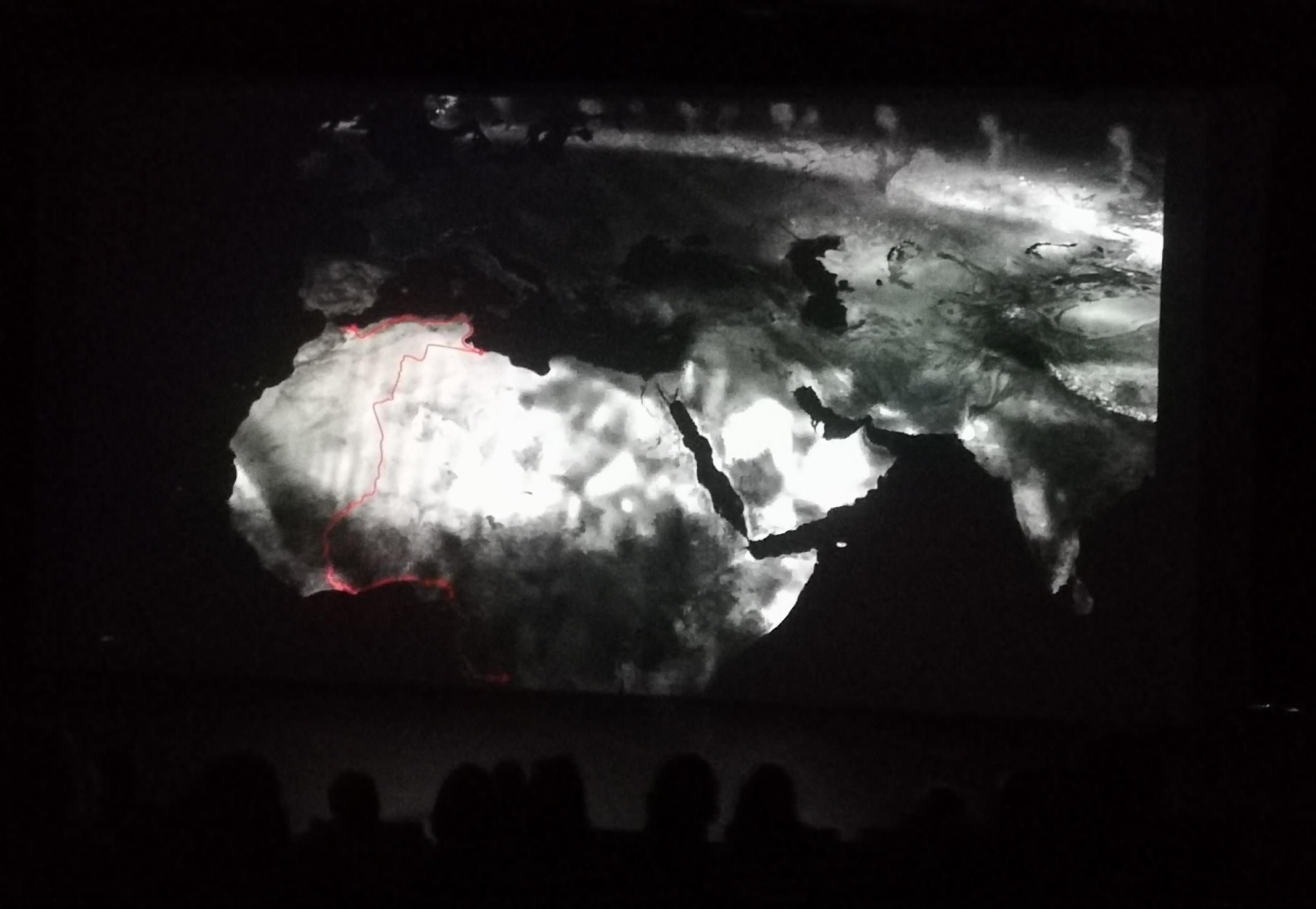 Une partie du parcours de Placide, entre Congo et Suède. Animation cartographique : É. Carroll (TELEMMe, AMU-CNRS). Rencontres méditerranéennes de TELEMMe, Mucem, 15/06/2018. Photographie : D. Cavallo (AMU-TELEMMe)