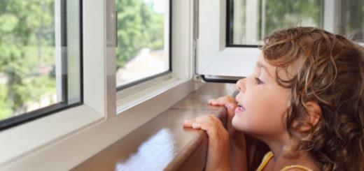 enfant à la fenêtre