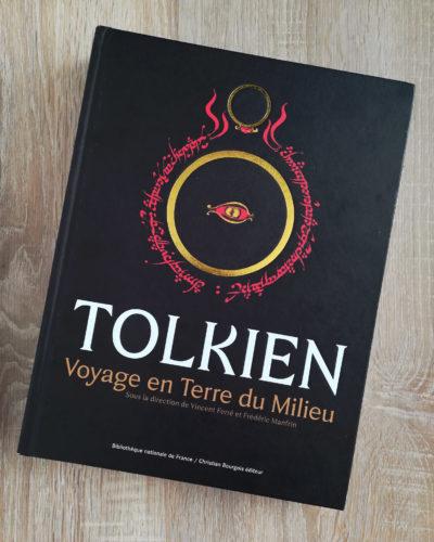 """Catalogue noir de l'exposition """"Tolkien : Voyage en Terre du Milieu"""" à la BnF."""