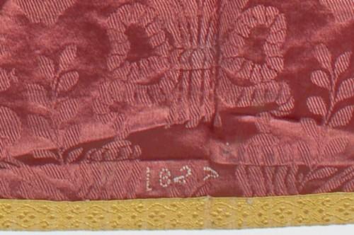 Verrières-en-Forez (Loire). Ornement rose, détail de la date brodée sur le voile de calice.