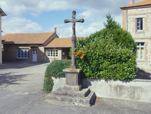 Ailleux, le bourg. Croix de mission, vue d'ensemble.