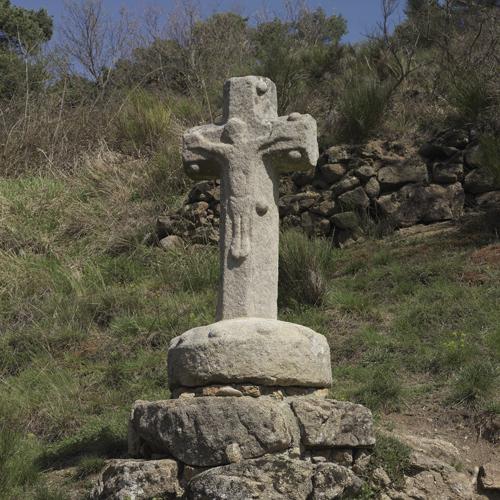 """Essertines-en-Châtelneuf (Loire). Vue rapprochée de la croix des """"argnats"""" dans son site"""